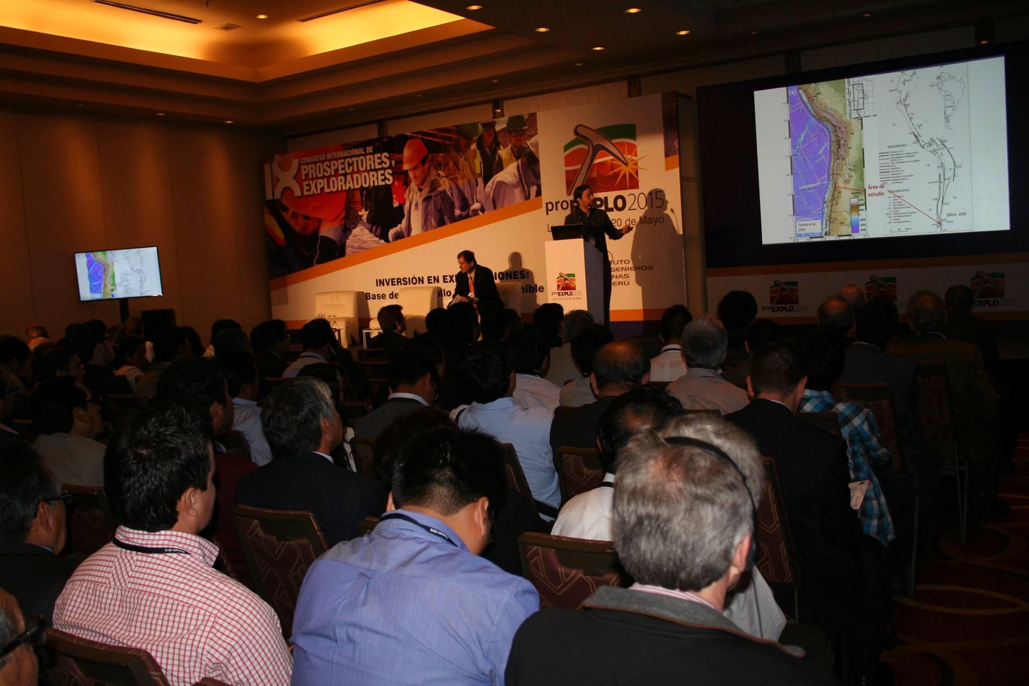 """José Piquer de High Power Exploration, brindando la conferencia """"Controles estructurales en el emplazamiento de sistemas porfíricos: los casos de Río Blanco - Los Bronces y El Teniente, Andes de Chile Central""""."""