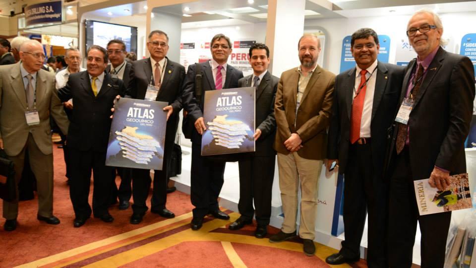 Funcionarios del Ingemmet presentando el nuevo Atlas Geoquímico del Perú.