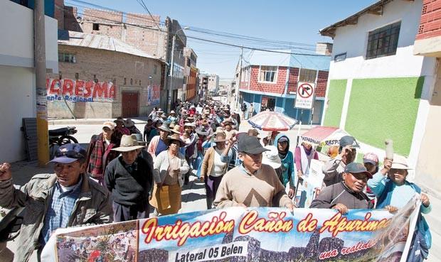 MASIVA. Más de mil pobladores participaron ayer de la Marcha por la Dignidad en Espinar. (Foto: La República)