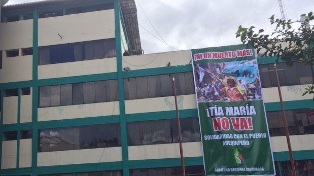 """Gigantrografía, en la que se puede leer el mensaje """"Tía María no va"""", fue colocada sobre la fachada del local institucional. (Foto: Mayer Abanto)"""