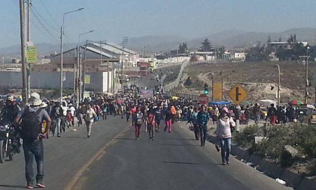Paro. Puente Añashuayco se encuentra tomado por pobladores del Cono Norte. (Foto: Facebook)
