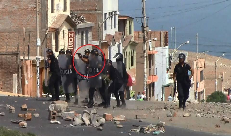 A pesar de que el ministro del Interior dice haber prohibido el uso de armas letales, imágenes demuestran que policías usaron pistolas. (FOTOS: SALVEMOS VALLE TAMBO / FACEBOOK)