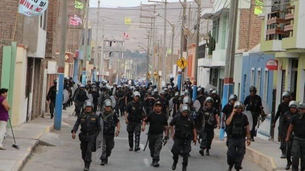 Cientos de policías patrullaron a lo largo del día las calles de Cocachacra. (Foto: Carlos Zanabria)