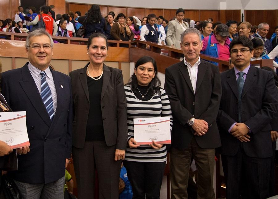 (Izq a der) Dr. Fernando Carbone (Director Medicus Mundi Navarra – Perú), Dra. Laura Altobelli (Directora Future Generations Perú), Lic. Cecilia Palomino (Área de Salud, Educación y Medio Ambiente de Asociación UNACEM), Dr. Edwin Peñaherrera (Director General de Promoción de la Salud – Ministerio de Salud) y el Dr. Hugo Huamán, Director Ejecutivo de Participación Comunitaria de Salud – DGPS - MINSA.