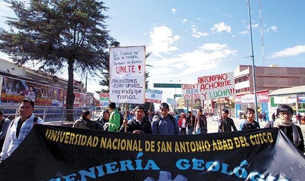 En las calles. Universitarios en contra de gestión de rector (Foto: Marita Samanez)