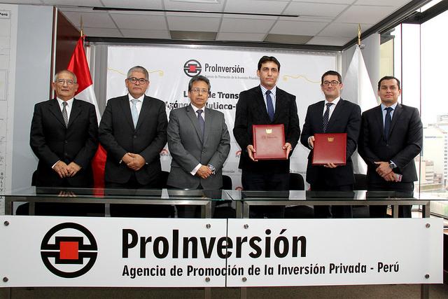 Firman el contrato de concesión de la línea de transmisión Azángaro-Juliaca-Puno