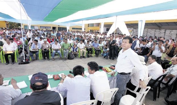 masivo. El viceministro de Agricultura, Jorge Montenegro, encabezó comitiva gubernamental que expuso el informe ante cientos de atentos pobladores. (Foto: La República)
