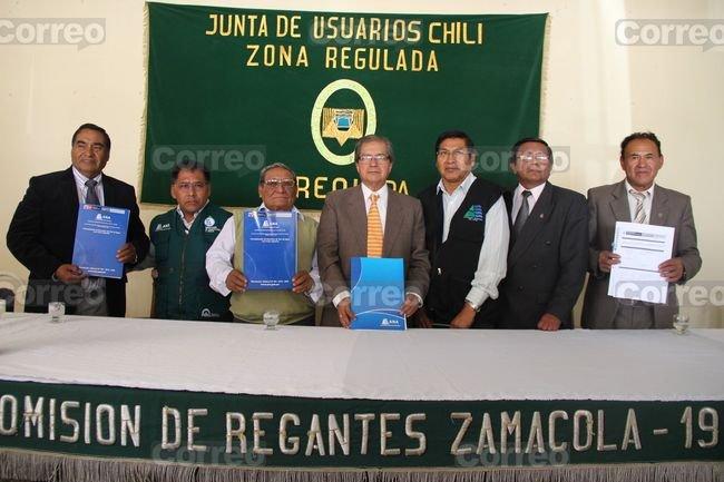 Jefe del ANA- Arequipa entregó licencias de agua a agricultores en su día. Foto: Correo