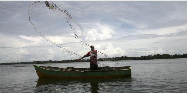 Un pescador lanza una red en el Gran Lago de Nicaragua, en Granada. EFE/Mario López