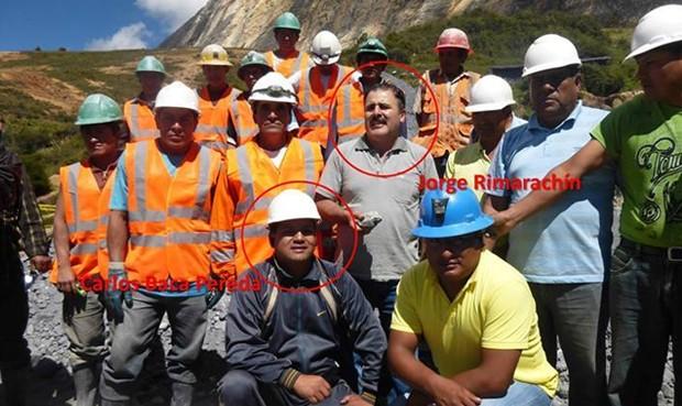 Rimarachín junto al dueño del socavón y sus trabajadores.             Foto: Facebook | Luis Mego Díaz