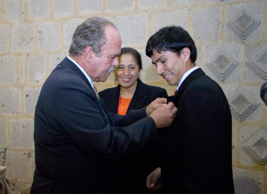 Entregan beca internacional Alberto Benavides de la Quintana