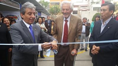 El Ministro del Ambiente junto a los doctores Ronald Woodman y Hernando Tavera.