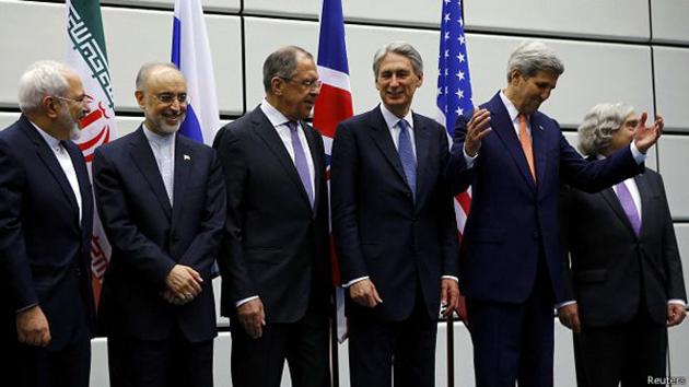 (Foto: Los ministros de Exteriores de Irán y Rusia y el secretario de Estado de Estados Unidos, entre otros, posan para la foto / BBC Mundo)