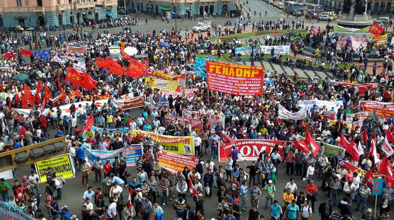 Trabajadores marcharon hacia el Palacio de Gobierno durante paro nacional convocado por la CGTP. (Foto: Twitter @cgt_peru)