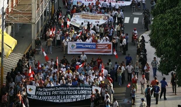 En pie de lucha. Estudiantes, amas de casa, comedores populares, vasos de leche, nativos exigen soberanía energética. Foto: Julio Angulo.