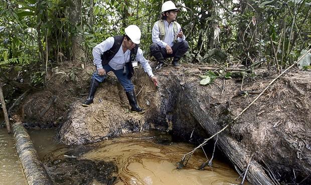 Grandes manchas de hidrocarburo yacen en lo que era una cocha en Andoas, Loreto. Derrame fue reconocido por Pluspetrol. Foto: Julio Angulo