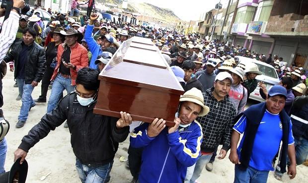 Diligencia. Los ataúdes con los cuerpos de víctimas son retirados de la morgue para ser llevados a Chalhuahuacho, donde fueron luego paseados por las calles antes de ser sepultados (La República)