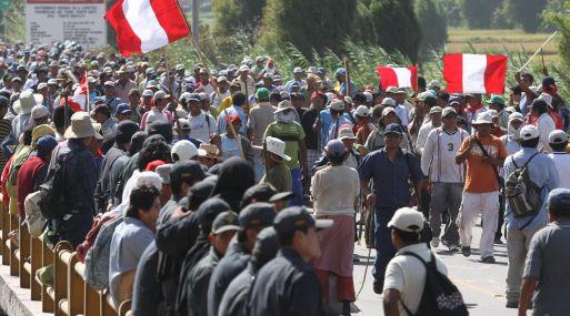 POBLADORES DE LA ZONA DE COCACHACRA TOMARON EL PUENTE SANTA ROSA EN PROTESTA CONTRA LOS PROYECTOS MINEROS  FOTO: HEINER APARICIO LUGAR: COCACHACRA
