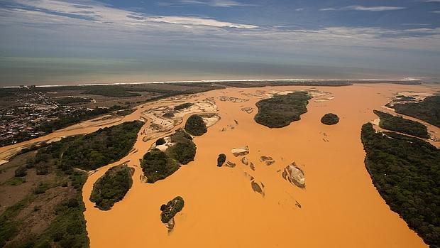 Desembocadura del río Doce en el Atlántico inundada por una riada de barro y residuos minerales, causada por la ruptura de un dique de la minera Samarco - EFE