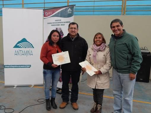 Representantes de Antamina entregando certificados a las madres tejedoras del 2014