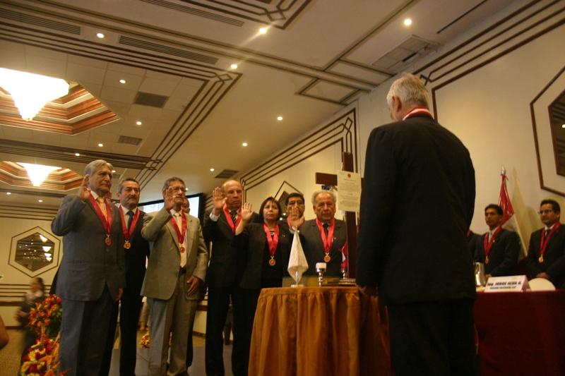 El presidente del Capítulo de Minas CIP, Ing. Benjamin Jaramillo, junto a sus colegas en el acto de juramentación.