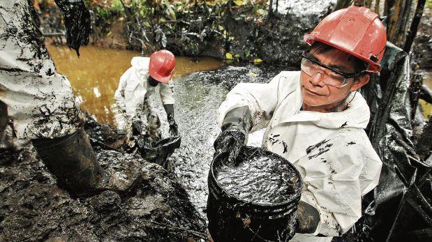 Cerca de 300 personas contratadas por la petrolera estatal realizan labores de limpieza del crudo derramado en la quebrada de Inayo, tributaria del río Chiriaco (Amazonas).(Alessandro Currarino / El Comercio)