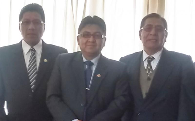Director de la DREM Puno al medio, juto a funcionarios regionales