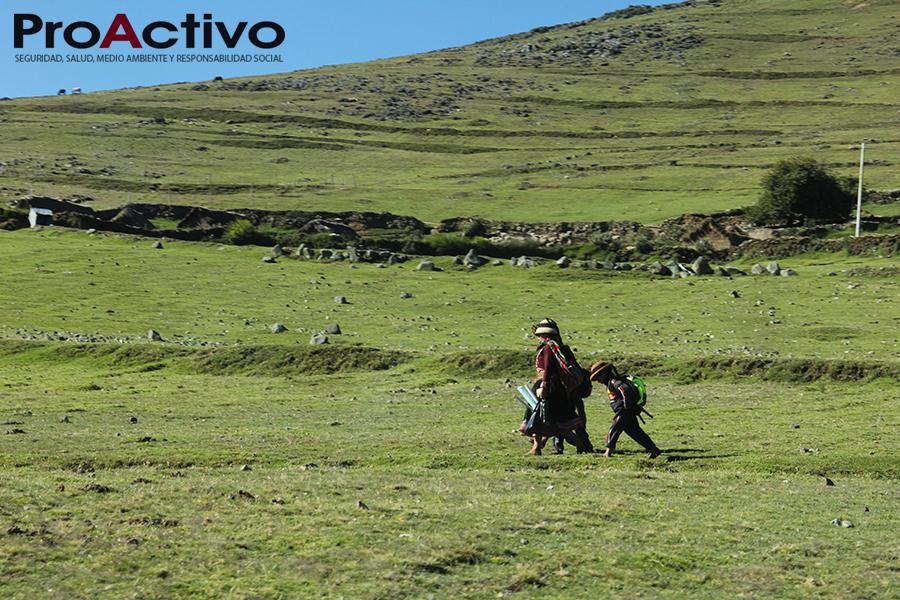 Madre e hijo caminan en las laderas de Ñahuinlla. Coyllurqui- Foto: ProActivo
