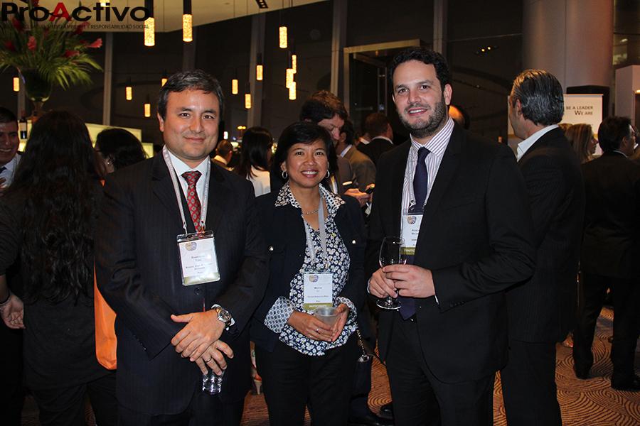 De izquierda a derecha: Francisco Tong, de Rodrigo, Elías & Abogados; Martha Ly, de Golder Associates Perú y Patrick Wieland, jefe del SENACE. (Foto: ProActivo).