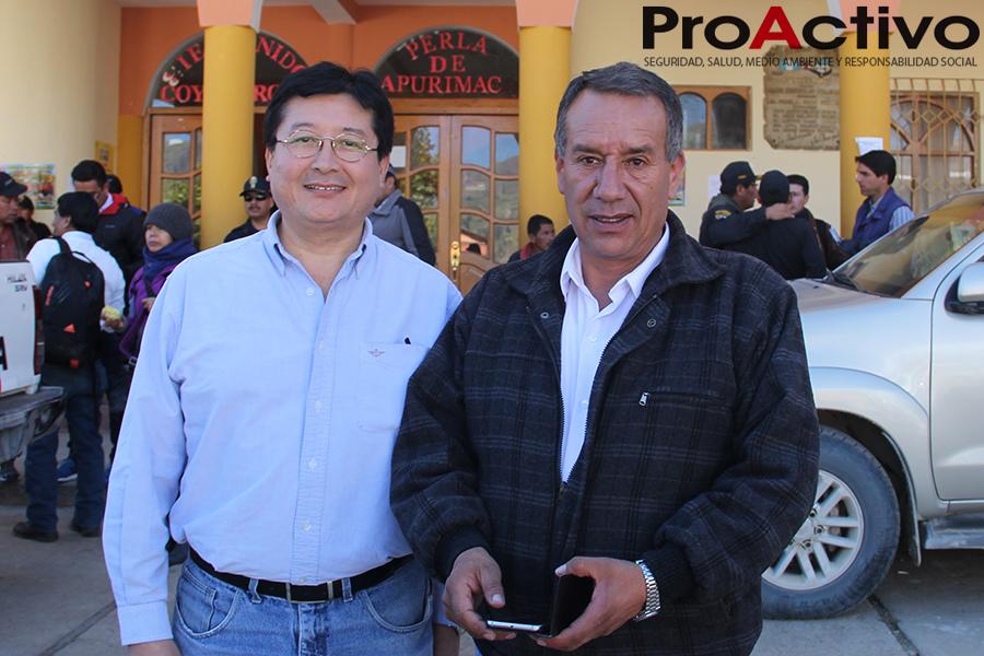 Guillermo Shinno, viceministro de Minas, junto a Leoncio Mendoza, alcalde de Coyllurqui, en la Plaza de Armas de ese distrito, en Cotabambas (Apurímac) - Foto: ProActivo.