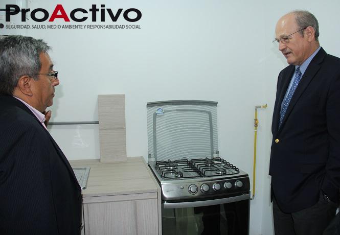 A la derecha, Raúl Benavides Ganoza, presidente de CETEMIN, observando los mecanismos de gas natural. (Foto: ProActivo).