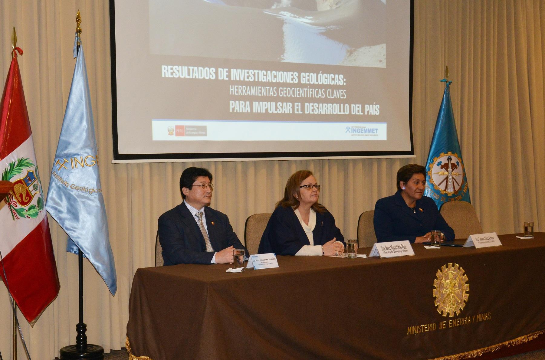 Viceministro de Minas, Guillermo Shinno; Ministra de Energía y Minas, Rosa María Ortiz; Presidenta del Ingemmet, Susana Vilca