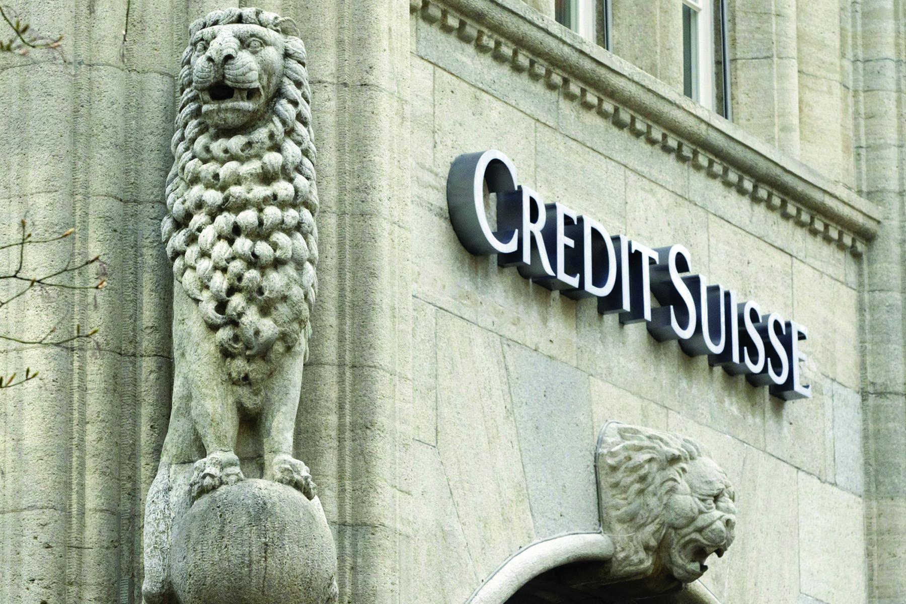 ZHR427 Z⁄RICH (SUIZA) 24/04/2013.- Imagen de archivo distribuida hoy miÈrcoles 23 de abril de 2013 que muestra el logotipo del el segundo mayor banco de Suiza Credit Suisse en Z˙rich, Suiza, el 3 de abril de 2012. Credit Suisse tuvo un beneficio neto de 1.303 millones de francos suizos (1.065 millones de euros) en el primer trimestre del aÒo, frente a los 44 millones de francos (35 millones de euros) que registrÛ en el mismo periodo de 2012, informÛ hoy la entidad. Este resultado supera las previsiones de los analistas. En el ˙ltimo trimestre de 2012, la entidad ganÛ 263 millones de francos suizos (214 millones de euros al cambio actual), aÒadiÛ. EFE/Alessandro Della Bella