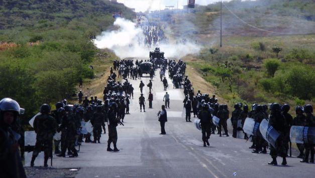 ENFRENTAMIENTO ENTRE INDIGENAS QUE TOMARON LA CURVA DEL DIABLO EN BAGUA CON LA POLICIA NACIONAL DEL PERU, TERMINO EN UNA MATANZA, CON VARIOS HERIDOS Y POLICIAS E INDIGENAS MUERTOS, QUIENES RECLAMABAN POR LA LEY DE LA SELVA
