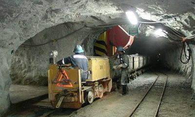 LIM04. LIMA (PERÚ), 18/09/2013.- Fotografía cedida por la Sociedad Nacional de Minería hoy, miércoles 18 de septiembre de 2013, que muestra a dos operarios mientras trabajan en la Minera Buenaventura, en Perú. Las inversiones mineras en el sur de Perú ascenderán a 32.436 millones de dólares en los próximos siete años, estimó hoy la presidenta de la Sociedad Nacional de Minería, Petróleo y Energía (SNMPE), Eva Arias, en el marco de la 31 convención minera (Perumin) que se realiza en la ciudad de Arequipa. EFE/Sociedad Nacional de Minería/SOLO USO EDITORIAL
