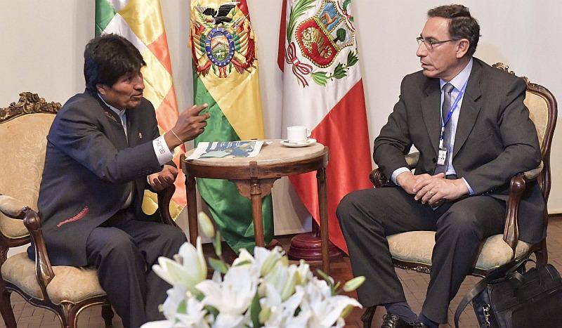 BOL01- SANTA CRUZ (BOLIVIA), 13/10/2016.- Fotografía cedida por la Agencia Boliviana de Información hoy, jueves 13 de octubre de 2016, de el presidente de Bolivia, Evo Morales, durante una reunión con el vicepresidente y ministro de Transportes de Perú, Martín Vizcarra (d) en Santa Cruz (Bolivia). El Gobierno de Perú respaldó hoy el proyecto del ferrocarril bioceánico, pensado para conectar un puerto peruano con territorio boliviano y una terminal marítima de Brasil, durante la reunión en Bolivia de autoridades de países sin litoral. EFE/AGENCIA BOLIVIANA DE INFORMACIÓN/SOLO USO EDITORIAL/NO VENTAS