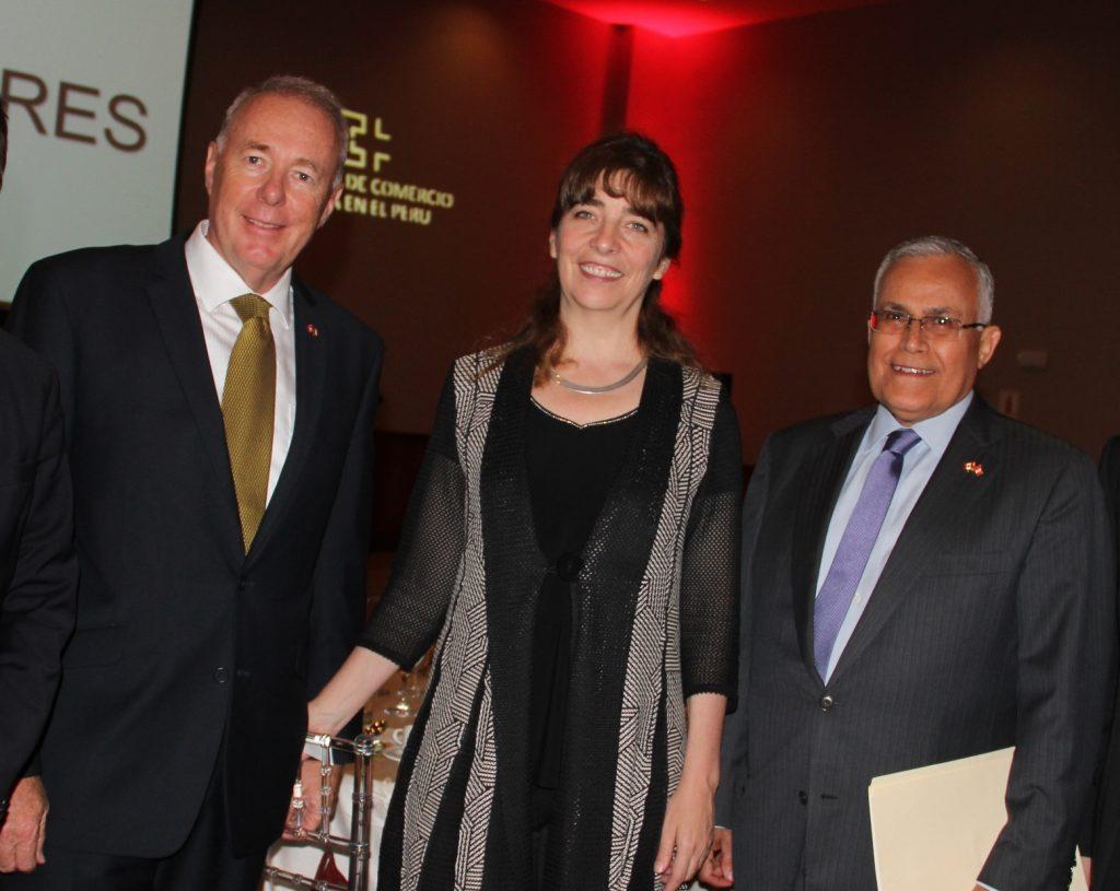 Embajadores de Suiza, Hans-Ruedi Bortis; y de Canadá, Gwyneth Kutz; acompañados del presidente de la Cámara de Comercio Canadá-Perú, José Vizquerra. (Foto: ProActivo)