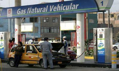 LIMA, 3 DE SETIEMBRE DEL 2006 ABASTECIMIENTO DE GAS NATURAL VEHICULAR (GNV) O GAS DE CAMISEA EN EL GRIFO PECSA. FOTO: RICHARD HIRANO / EL COMERCIO