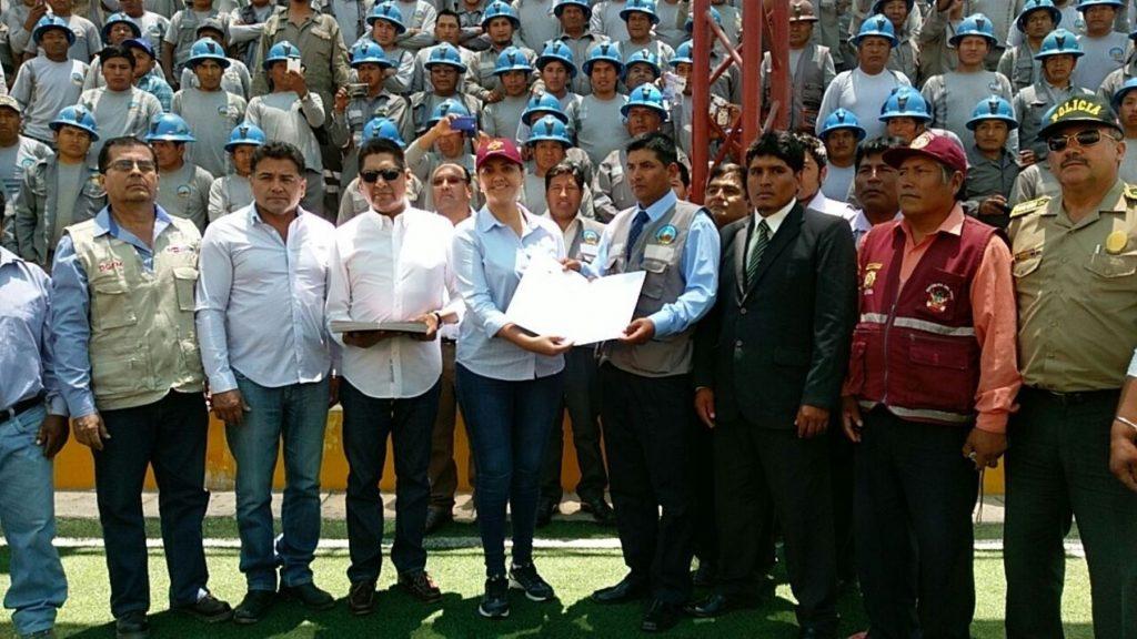 Gobernadora Regional de Arequipa, Yamila Osorio, entrego las resoluciones a los mineros formalizados.