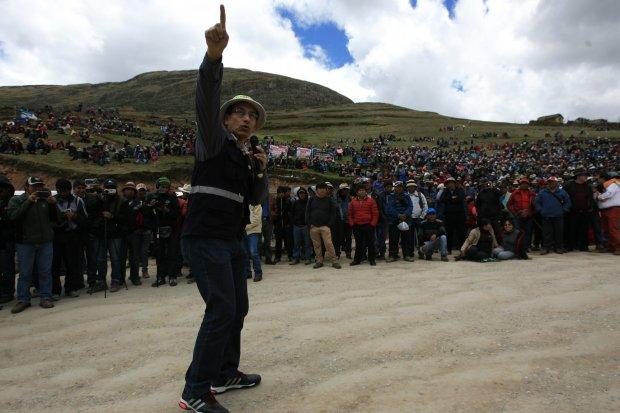 """Al frente. Vicepresidente Martín Vizcarra dijo que MMG tiene tres meses para realizar los cambios. """"Esa es una exigencia"""", dijo ante cientos de comuneros que lo recibieron en Quehuira. (Foto: La República)"""