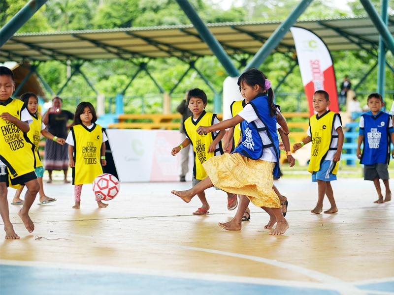 """130 niños de 7 comunidades nativas del distrito Megantoni (Cusco) participaron en una clínica deportiva organizada por el Consorcio Camisea, operado por Pluspetrol, con la presencia del ex seleccionado de fútbol Roberto """"Chorri"""" Palacios."""