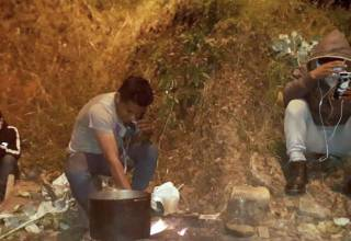 Trabajadores de Consorcio Minero Horizonte haciendo hervir agua de Eucalipto, según indican, por falta de medicina.