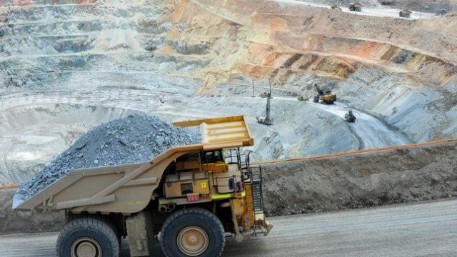 Ejecutivos del sector minero en Perú piden el doble que en Chile para rotar de empresa