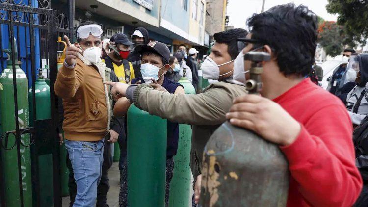 Escasez de oxígeno medicinal agudiza la crisis por el coronavirus en Perú