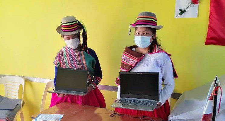 Hochschild premia con una laptop para alumnas de Tolconi que ingresaron a COAR